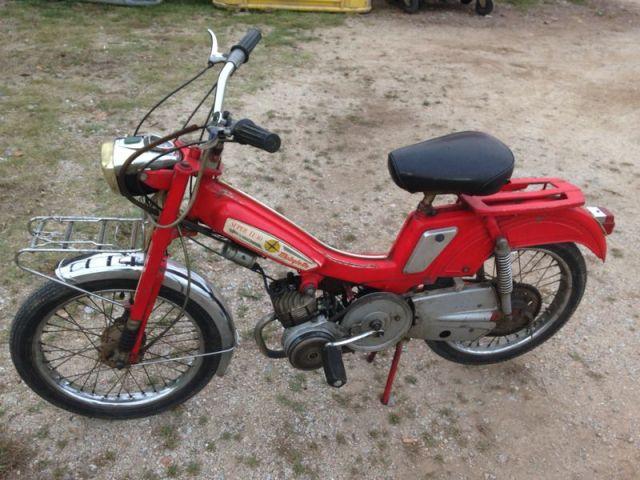 alquiler mobilette roja anuncio rodaje moto ciclomotor barcelona tyreaction