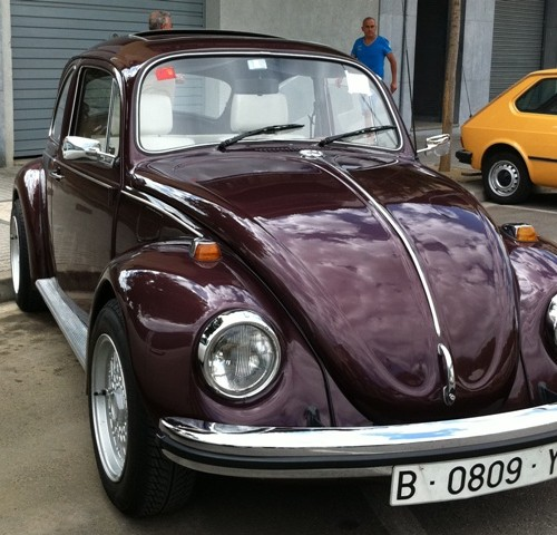 P0033 Beetle color café front 1974 alquiler vehiculos escena barcelona tyreaction