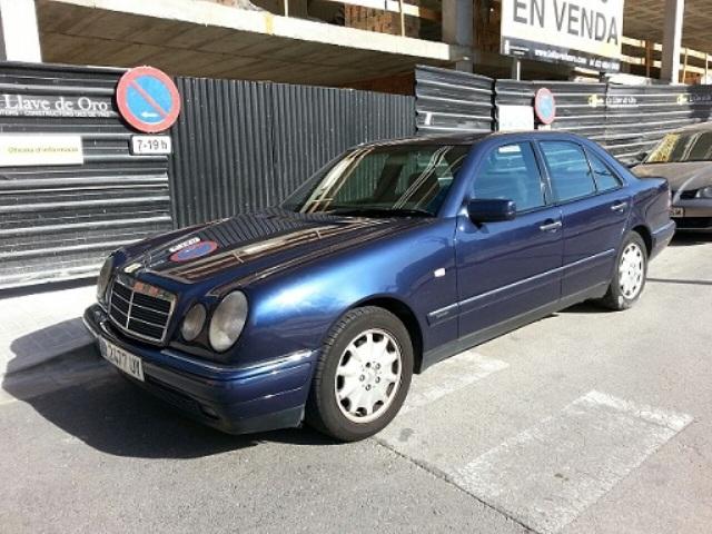 00002 Mercedes E blau front