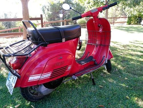 P0112  alquiler Vespa roja 1981