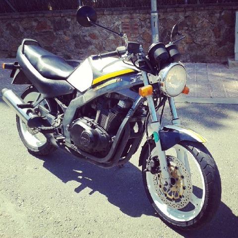 10260 Suzuki GS 500 blanco y negra