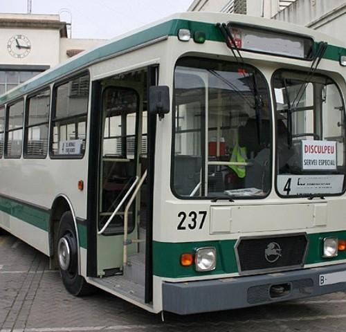 10415 Bus Pegaso blanco y verde front