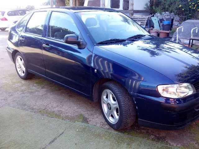 p0044 Seat Cordoba azul front
