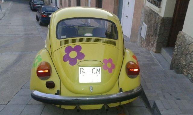 P0138 Volkswagen escarabajo amarillo flores tras