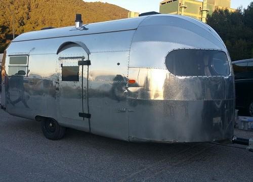 10551 Alquiler Caravana Airstream 1940 color metalico fontal.lateral