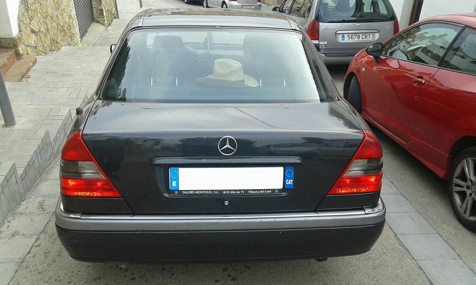 P0138 Alquiler Mercedes clase C gris trasero