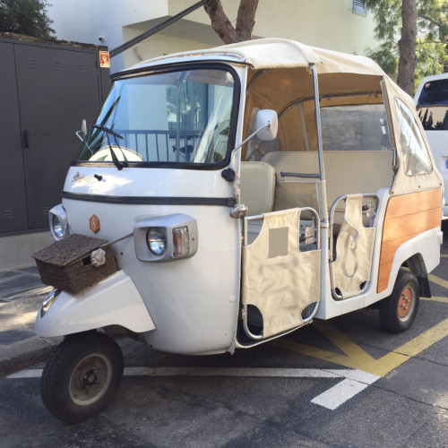 10617 Alquiler Tuc tuc blanco delantero lateral For rent Prop Action Picture Vehicles in Spain Barcelona Madrid