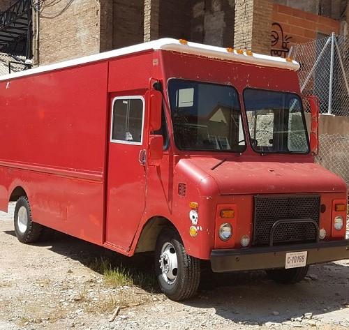 alquiler furgoneta americana chevrolet step van  foodtruck swat reparto ups vehiculos de escena tyreaction front 1