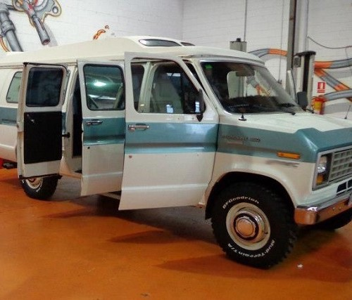 00005 Alquiler furgoneta americana ford econoline blanca front tyreaction For rent Prop Action Picture Vehicles in Spain Barcelona Madrid
