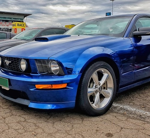 10703 Alquiler Ford Mustang azul lateral