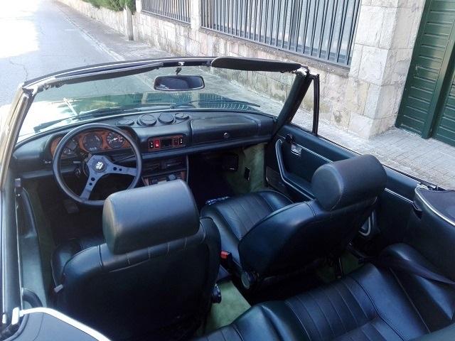 P0057 Alquiler  Peugeot 504 1970 verde interior