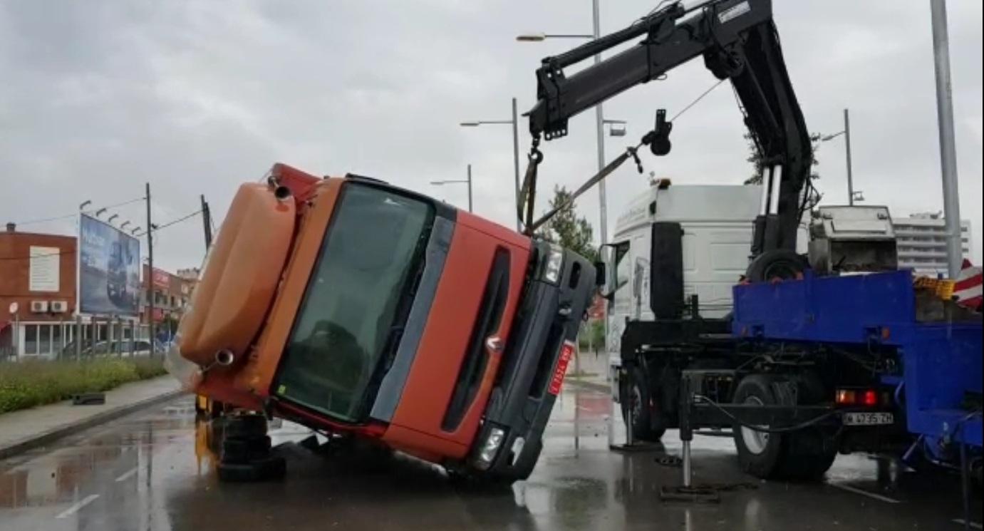 tyreaction videoclip rosalia malamente como se hizo vehiculos de escena especialistas de cine alquiler camión volcado 5