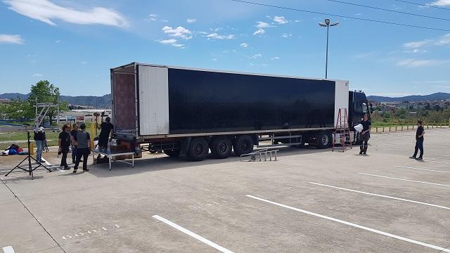 tyreaction videoclip rosalia pienso en tu mirá como se hizo vehiculos de escena especialistas de cine alquiler camión trailer