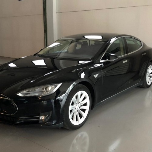P0064 Alquiler Tesla Model S negro lateral