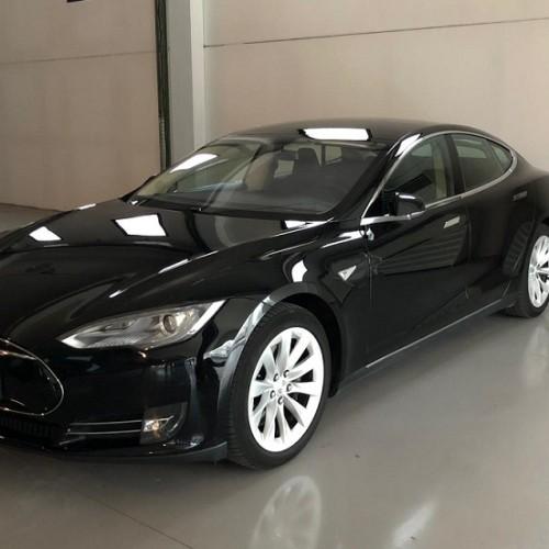 P0064 Alquiler Tesla Model S negro lateral