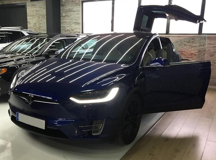 10725 Alquiler Tesla X azul frontal