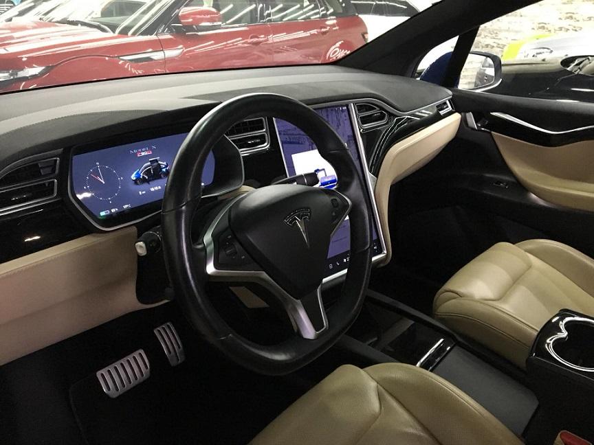 10725 Alquiler Tesla X azul interior