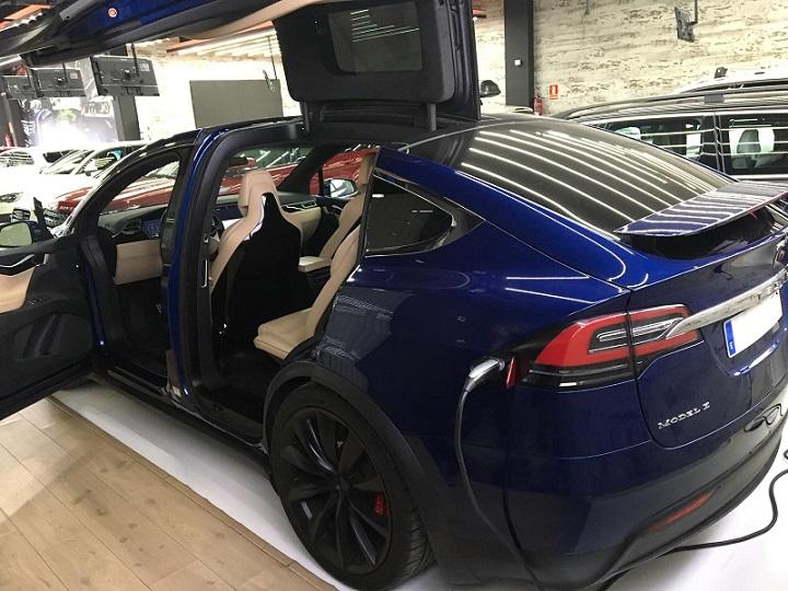 10725 Alquiler Tesla X azul trasero