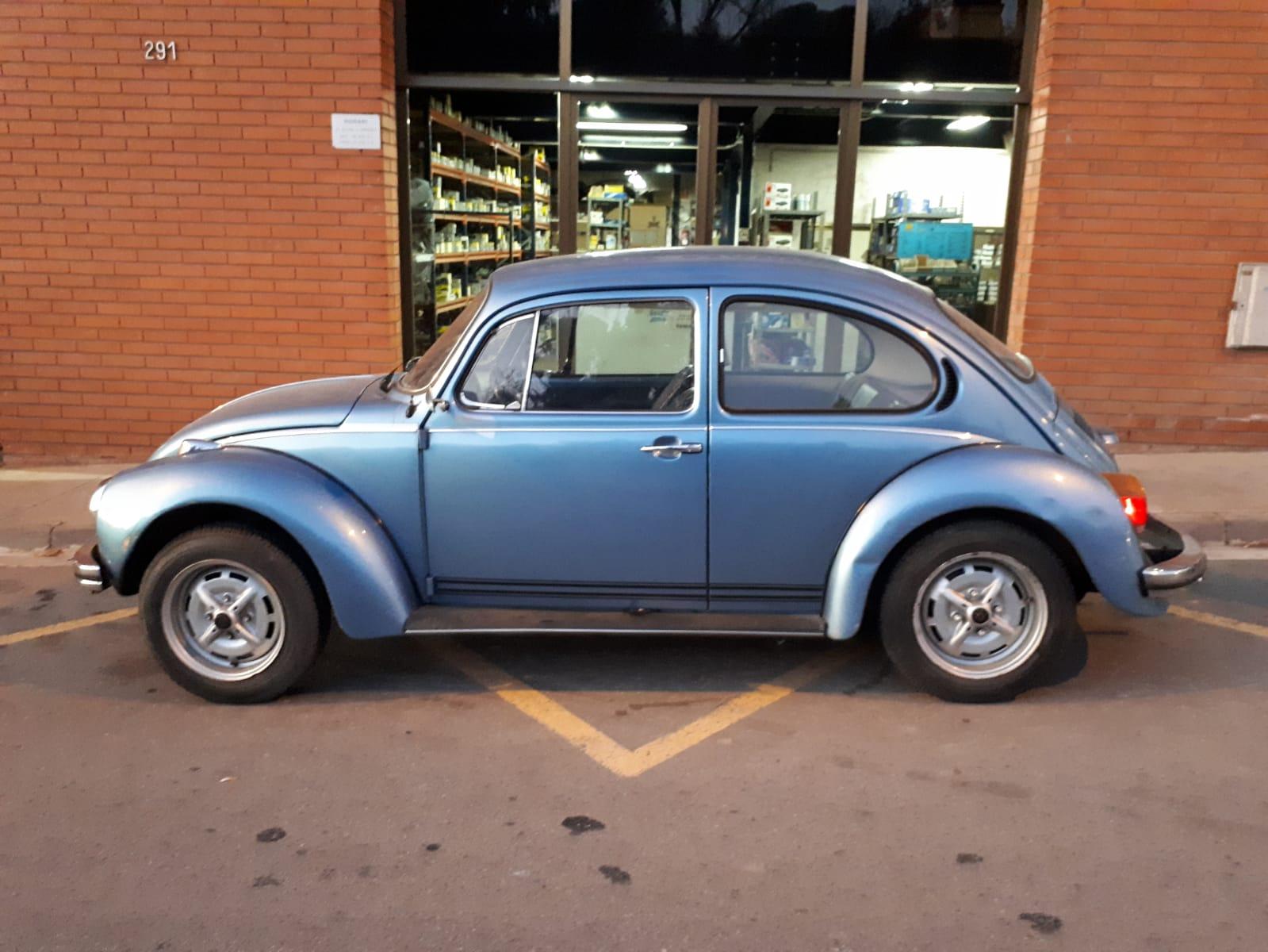 10739  Alquiler Volkswagen Beetle escarabajo Azul lateral - copia