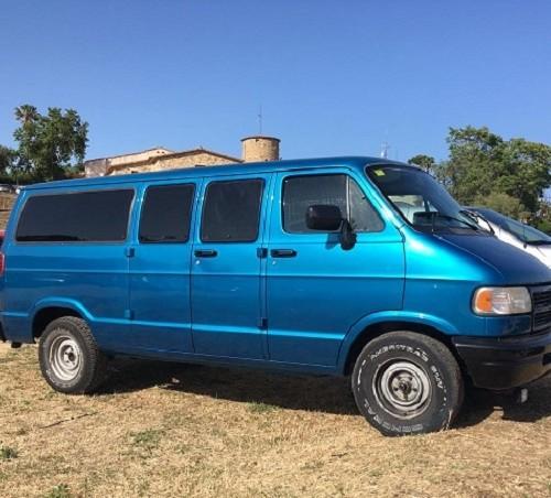 10763 Alquiler furgoneta americana dodge ram verde azul van usa tyreaction vehiculos de escena front
