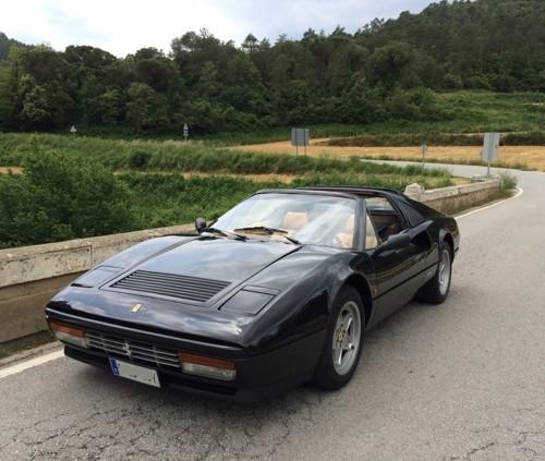 p0103 Alquiler Ferrari 328 GTS negro de 1986 vehículos de escena tyreaction