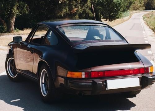 p0103 Alquiler Porsche 911 Carrera de 1987 granate  vehículos de escena tyreaction