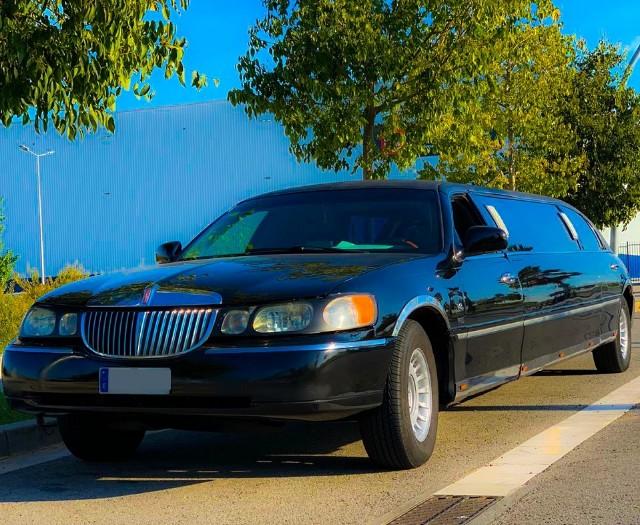 Alquiler limusina limousina rent negra black lincoln town car Barcelona tyreaction