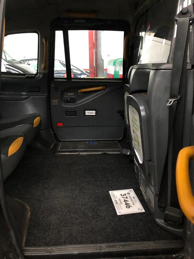 p0014 alquiler taxi ingles londres london negro volante derecha tyreaction vehiculos de escena en barcelona madrid int4