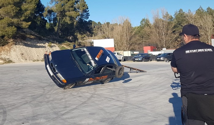 Stunt drive school programa vamos sobre ruedas, pedro de la rosa, antonio lobato, toni cuquerella, formula 1, movistar plus + previa coche a dos ruedas escuela especialistas cine 1