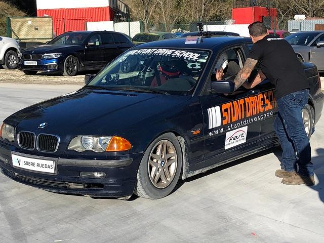 Stunt drive school programa vamos sobre ruedas, pedro de la rosa, antonio lobato, toni cuquerella, formula 1, movistar plus + previa coche a dos ruedas escuela especialistas cine 3