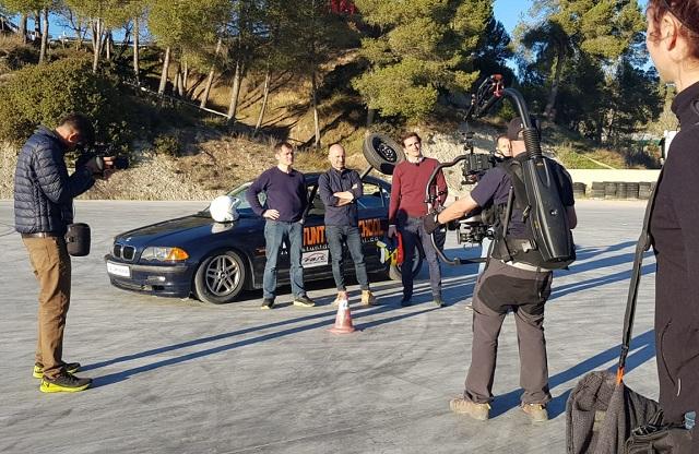 Stunt drive school programa vamos sobre ruedas, pedro de la rosa, antonio lobato, toni cuquerella, formula 1, movistar plus + previa coche a dos ruedas escuela especialistas cine 7