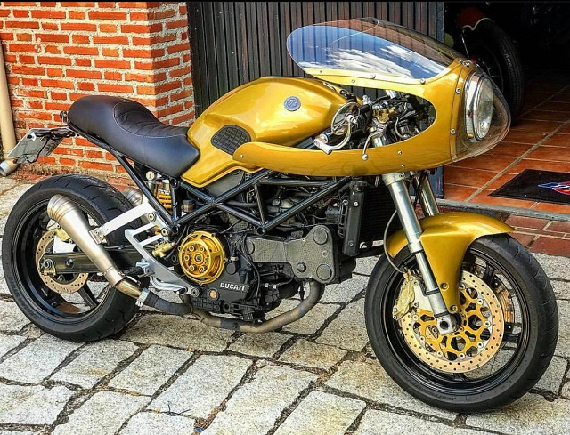 pm014 alquiler ducati monster caferacer vehículos de escena madrid tyreaction oro front