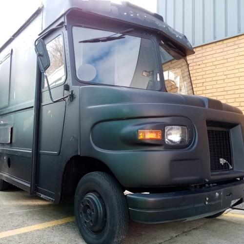pm014 alquiler foodtruck madrid furgón ups reparto vehículos de escena tyreaction negro front