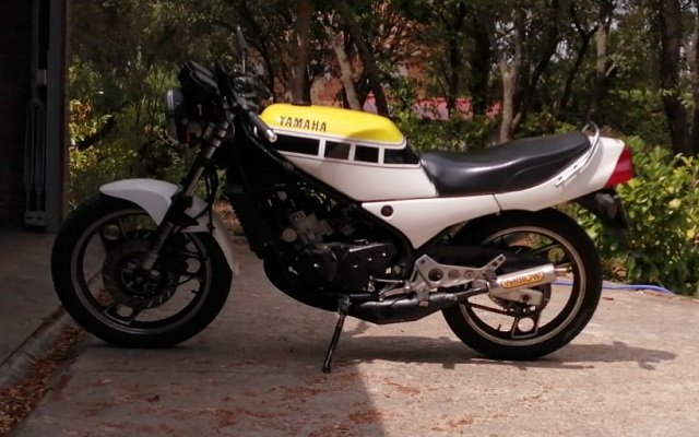 pm014 alquiler moto yamaha rd 350 vehículos de escena tyreaction madrid blanco lat