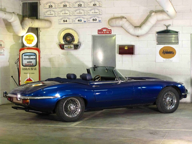 p0050 alquiler Jaguar E-type descapotable tyreaction vehículos de escena tras